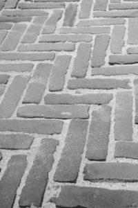 Брусчатака, тротуарная плитка, водосток, паребрик, бордюр, тротуар